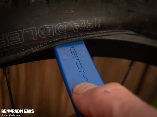 Wir haben den Einbau mit einem fest sitzenden Reifen geprüft