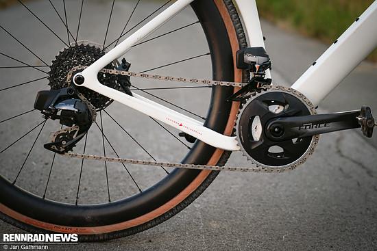 Die Kettenstreben sind für mehr Reifenfreiheit an beiden Seiten abgesenkt