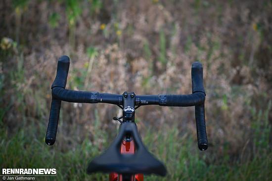 ... und ist mit schmalen 430 mm an den Bremsgriffen sowie geringem Flare passend zum Aero Gravel Bike