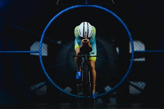 Da in den Rennen nicht im Windschatten gefahren werden darf, spielt die Aerodynamik im Triathlon eine herausragende Rolle.