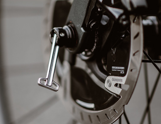 Eine pfiffige Lösung zum Aus- und Einbau der Laufräder ist in der Achse interiert.