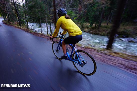 Bei Nässe haben Rennräder deutlich weniger Grip als bei Trockenheit