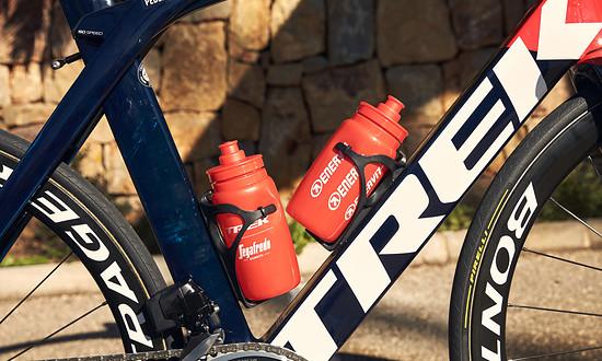 Auch die Carbon Flaschenhalter kommen vom hauseigenen Zubehör-Spezialisten.