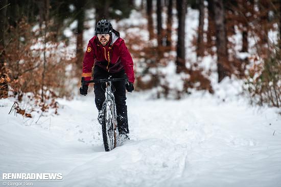 Die äußere Bekleidungslage sollte beim Radfahren im Winter immer mindestens winddicht sein
