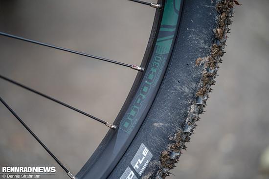 Weil die Reifen auf Felgen mit 30 mm Maulweite sitzen, konnten wir im Test den Druck auch mit Schlauch bis auf 1,7 bar senken ...