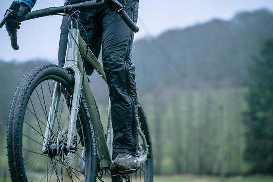 Der mit Bikepacking-Montagemöglichkeiten gespickte Rahmen und die robusten Laufräder dürfen bis zu einem Systemgewicht von 170 kg belastet werden
