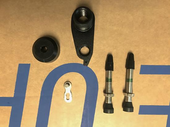 Ersatzteile für die Reise und ein Tubeless-Umrüstset liegen ebenfalls bei
