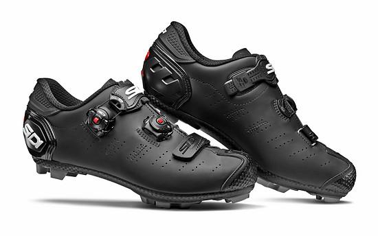 Der Dragon 5 Mega in matt schwarz bietet mehr Platz für breite Füße.
