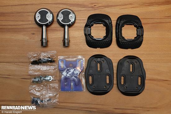 Pedale, Cleats, Adapterplatten und Schrauben finden sich in der Verpackung.
