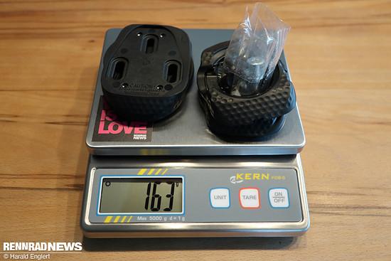 Die Schuhplatten mit Adapter und Schrauben hingegen recht schwer. Da die Adapterschrauben doppelt beigelegt sind, kann man hier noch 14 Gramm abziehen.