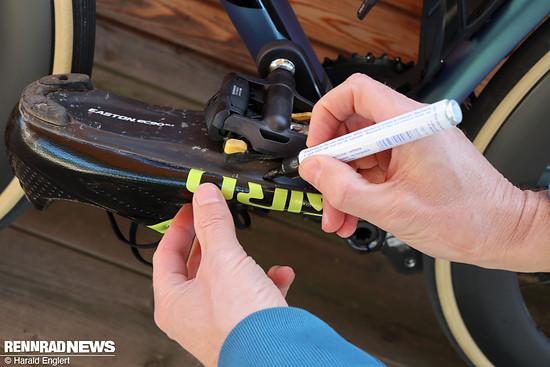 Wer von einem anderen Pedalsystem wechselt, markiert am besten die Position der Achse auf dem Schuh.