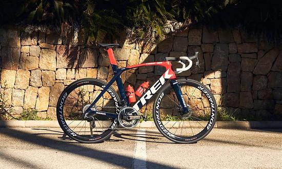 Das Trek-Segafredo Madone Teambike mit den neuen großen Blättern