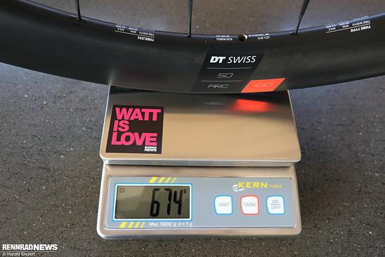 Das Vorderrad mit 50 mm Felgenhöhe bringt lediglich 674 Gramm auf die Waage.