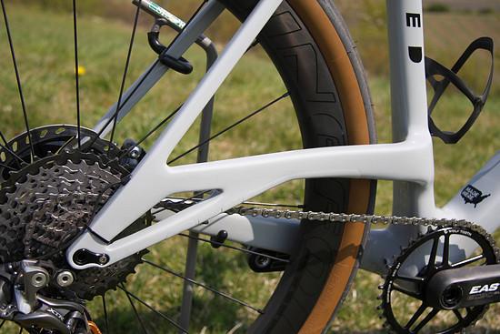 Die hochgestellte Kettenstrebe schafft Platz für breite Reifen.