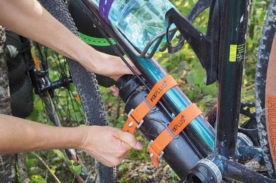 Der Sachen-Festmacher wird an die Flaschenhalter Ösen geschraubt.