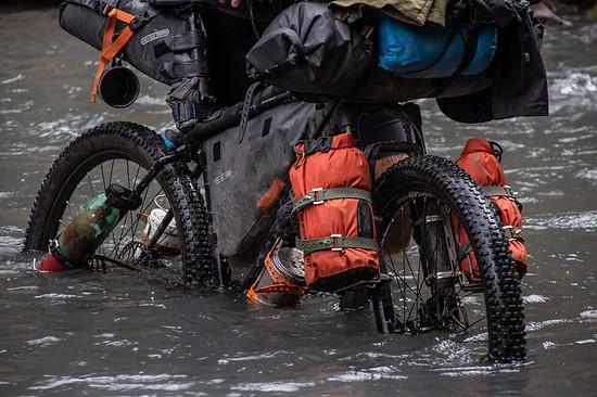 Den Möglichkeiten mit Spannbändern Gepäck am Bike zu fixieren,...