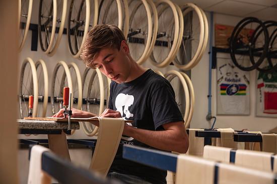 Dugast produziert in den Niederlanden Schlauchreifen mit einem hohen Anteil an Handarbeit