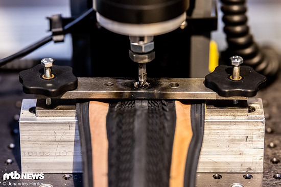 Der Pannenschutz wird mit verschiedenen Sticheln oben auf der Lauffläche am dicksten Punkt...
