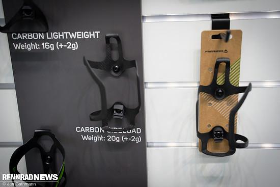 Merida hat jetzt 2 Versionen seines leichten Carbon-Flaschenhalters für seitliche Entnahmen rechts oder links.